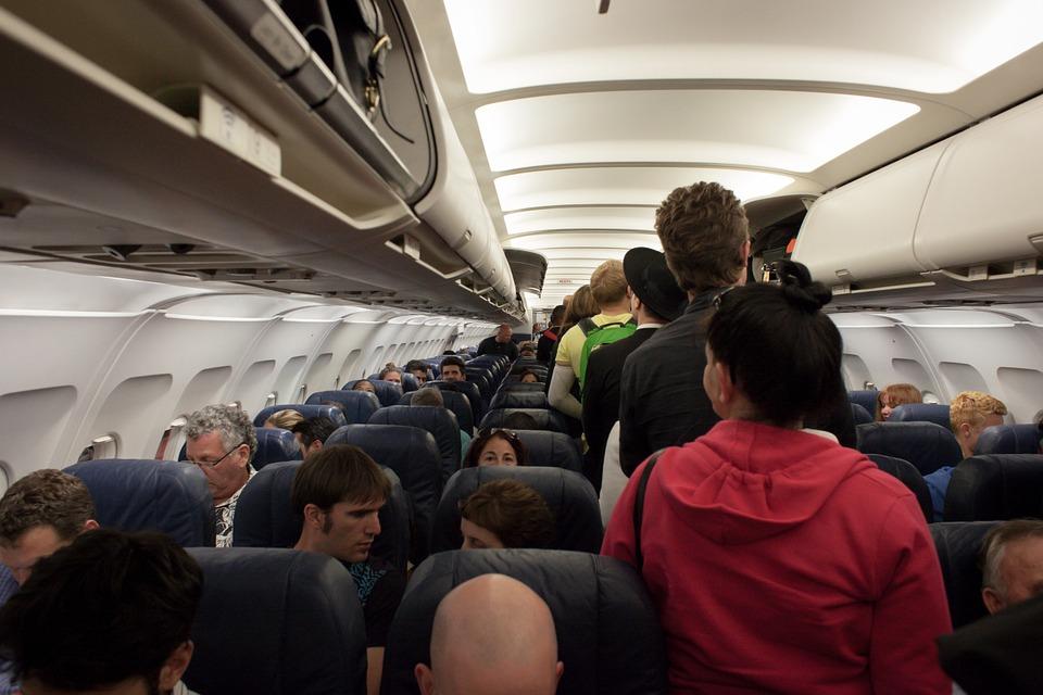 Авиадебошир рейса Москва – Сочи во время полета ходил по самолету и оскорблял других пассажиров