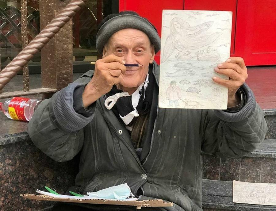 bezdomnyj_pensioner_risuet_kartiny_za_edu_v_krasnodare
