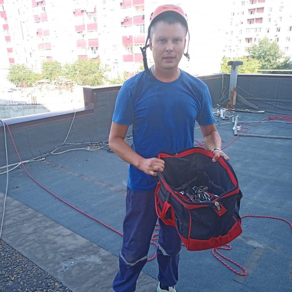 v_novorossijske_sorvalsya_s_vysoty_promyshlennyj_alpinist_05