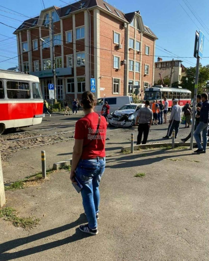 v_centre_krasnodara_legkovushka_vrezalas_v_tramvaj