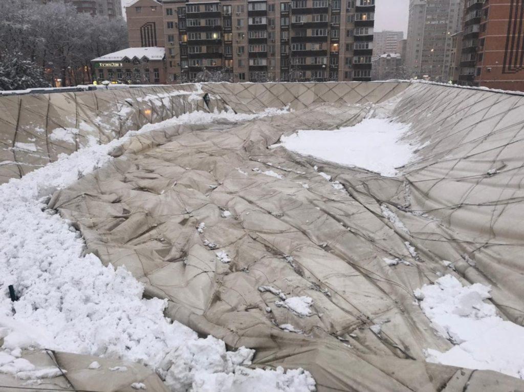 """В Краснодаре под весом снега обрушилась крыша спорткомплекса """"Екатеринодар"""""""
