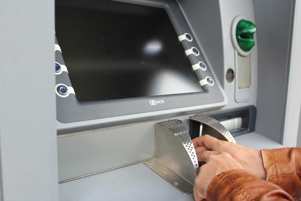 na_kubani_neizvestnyj_vzorval_bankomat_v_magazine_i_ukral_dengi