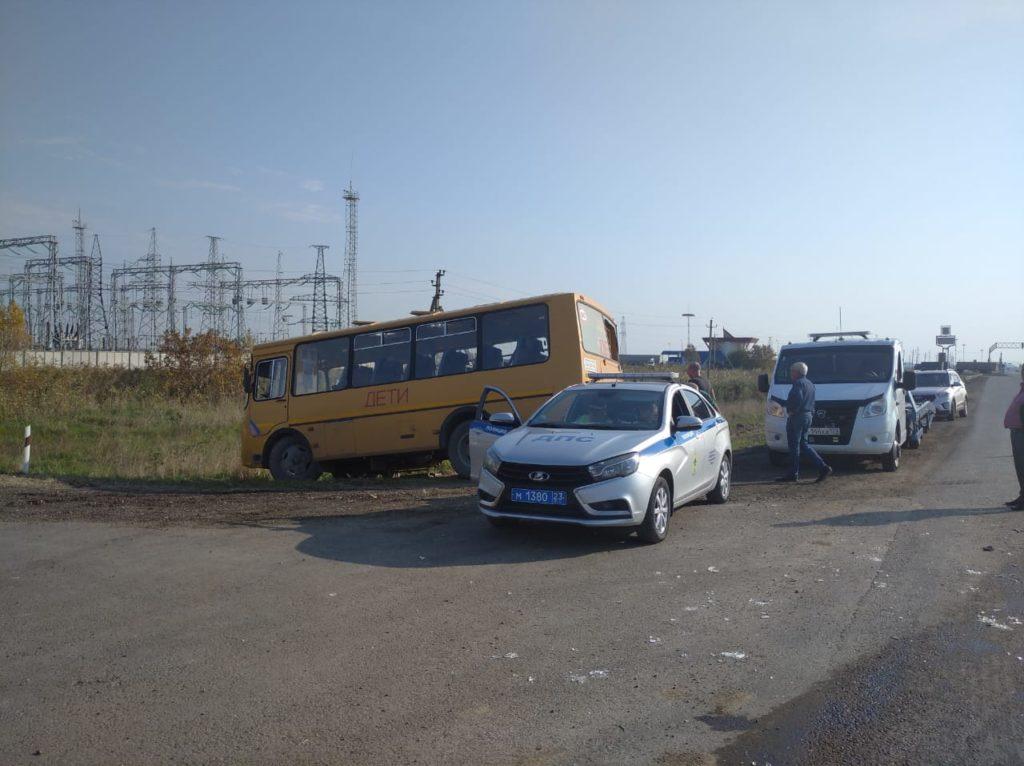 na_kubani_gazel_zagorelas_v_dtp_so_shkolnym_avtobusom_03