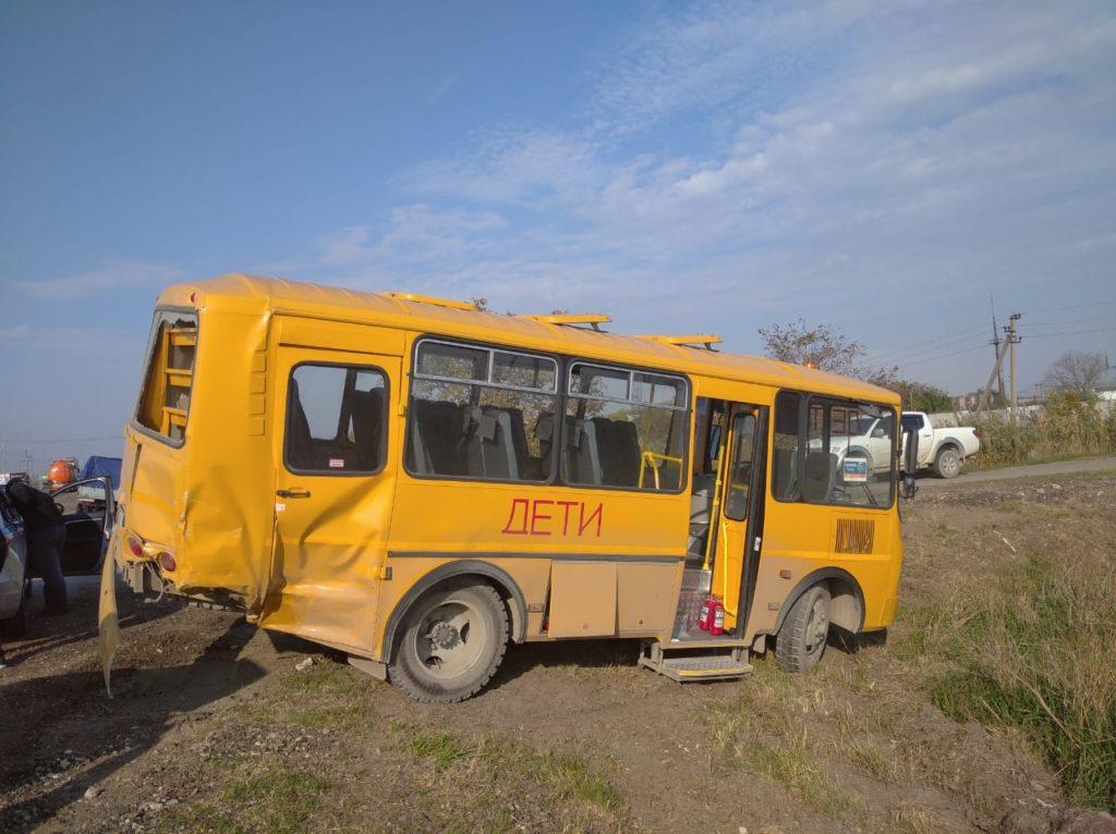 na_kubani_gazel_zagorelas_v_dtp_so_shkolnym_avtobusom_04