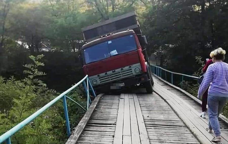 «КамАЗ» проломил деревянный мост под Геленджиком