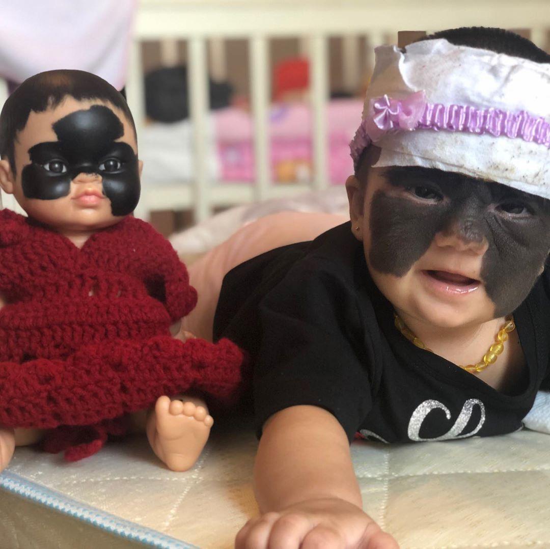 Малышке с маской Бэтмена подарили куклу-двойника