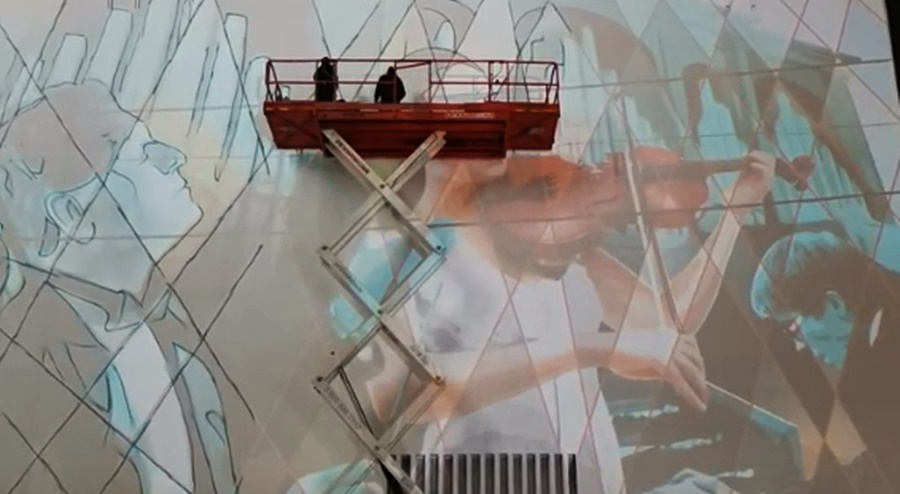 Итальянский художник рисует граффити на краснодарской администрации