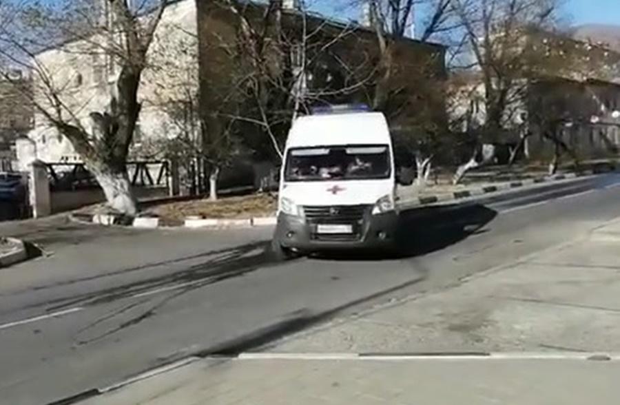 В Новороссийске ребенка порывом ветра выбросило на дорогу