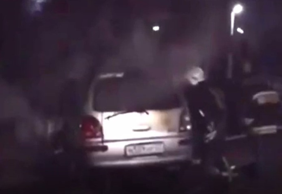 В Краснодаре спасатели оттащили машину с рельс перед приближающимся поездом