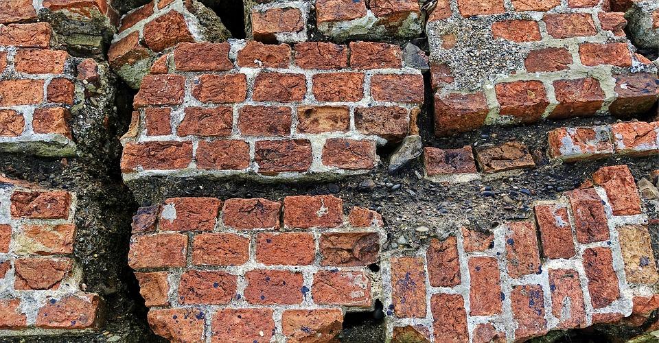 В Краснодаре из-за ветра обвалилась кирпичная стена новостройки