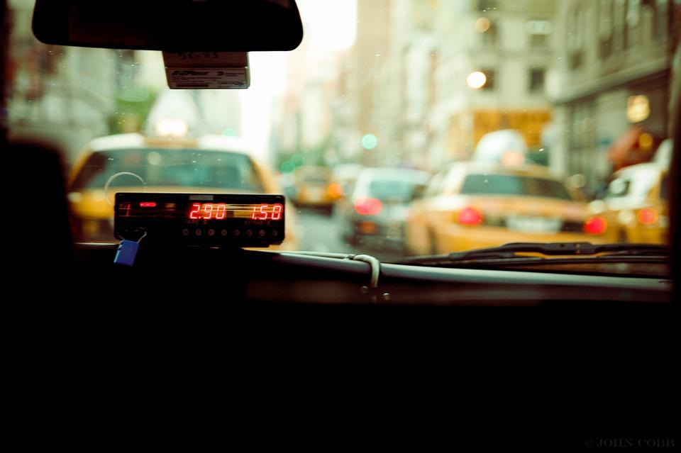 В Краснодаре у спящего пассажира такси украли золотую цепочку