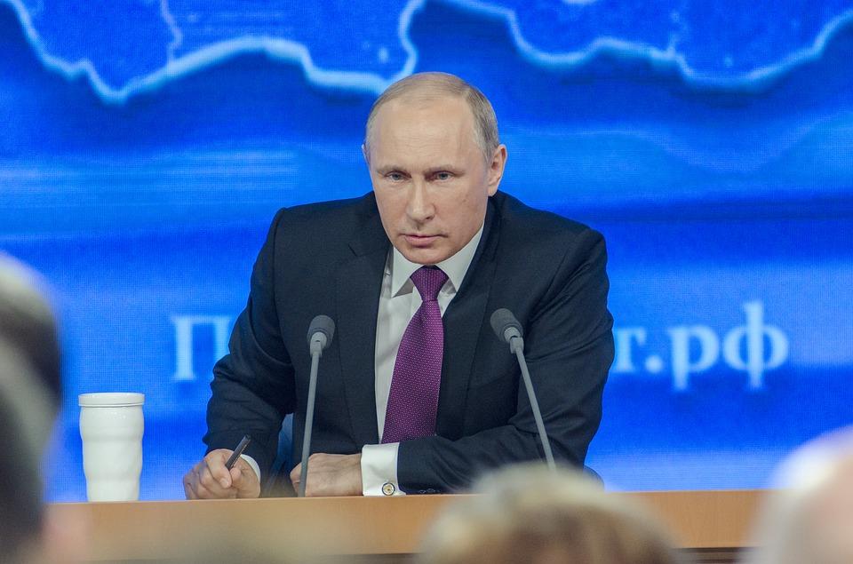 Путин уволил 11 генералов из СК, МЧС и МВД