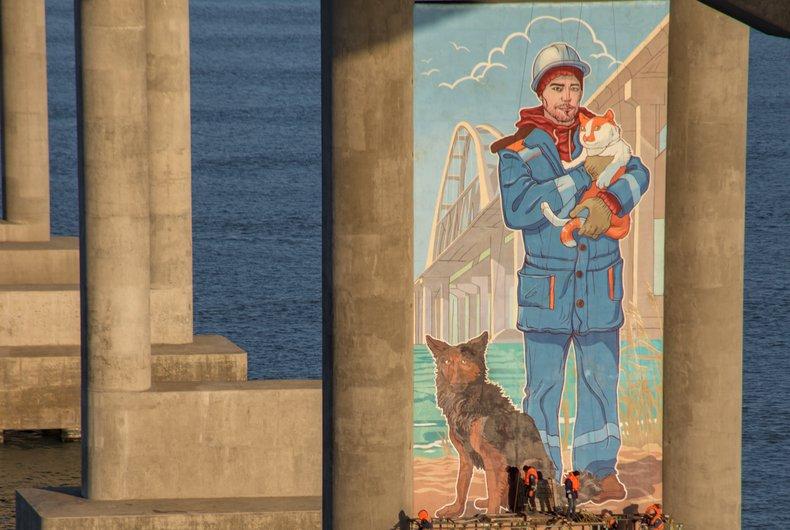 На Крымском мосту художники нарисовали портрет строителя