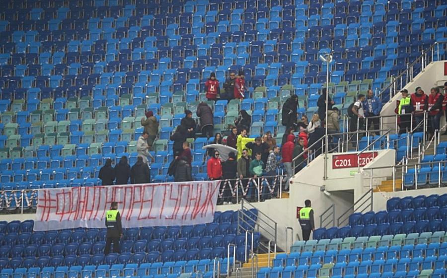 В Сочи футбольные фанаты покинули матч в знак протеста