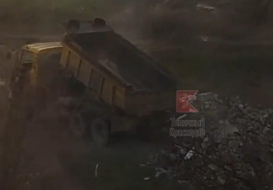 В Краснодаре фура сгрузила гору мусора во двор многоэтажки
