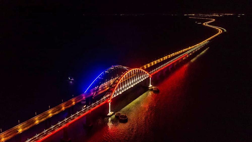 На Крымском мосту включили ночную подсветку