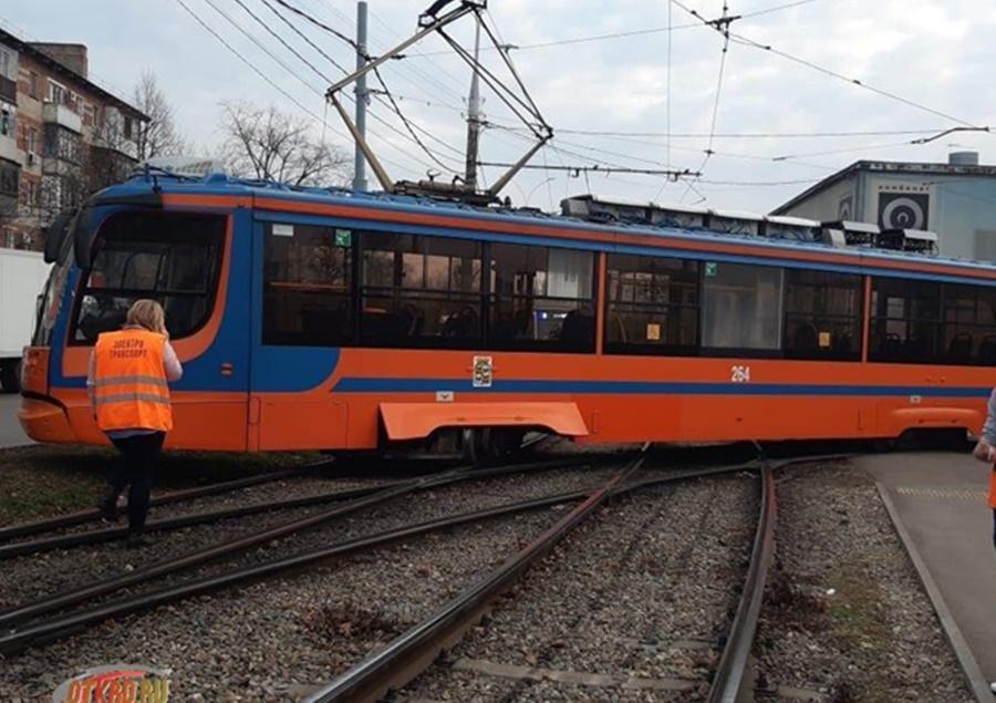 В Краснодаре новый трамвай сошел с рельс