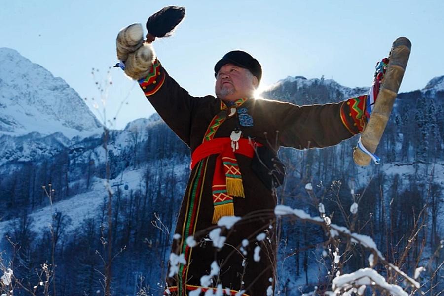 Сибирский шаман провел обряд по вызову снега в горах Красной Поляны
