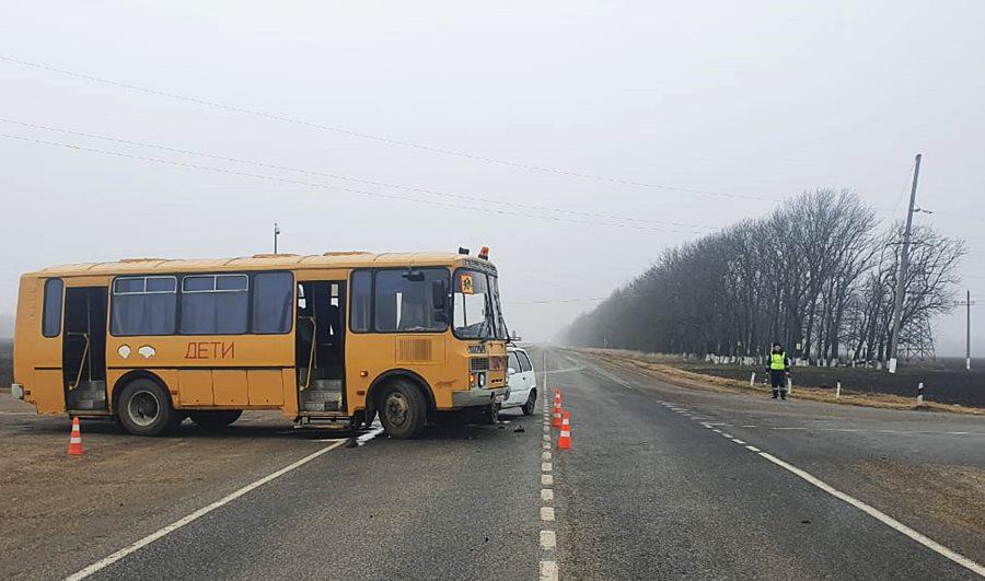 Школьный автобус с детьми попал в ДТП на Кубани