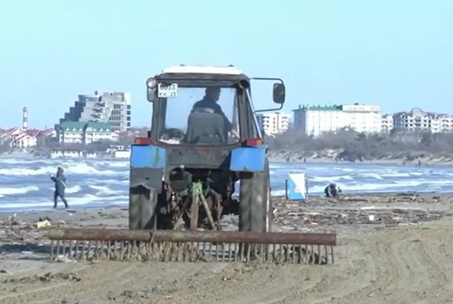 На пляжи Анапы после шторма выбросило горы мусора