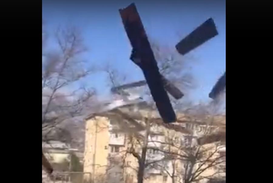 Сильный ветер сорвал крышу многоэтажного дома в Новороссийске