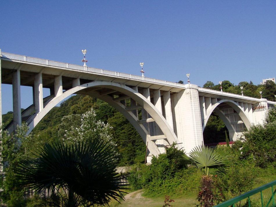 В Сочи женщина упала с моста и погибла