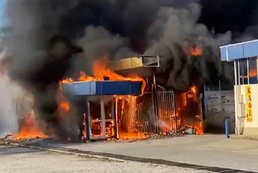 В Адлере произошел крупный пожар на рынке
