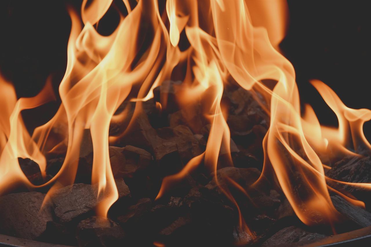 В Краснодаре горит многоэтажный дом, жильцов эвакуировали