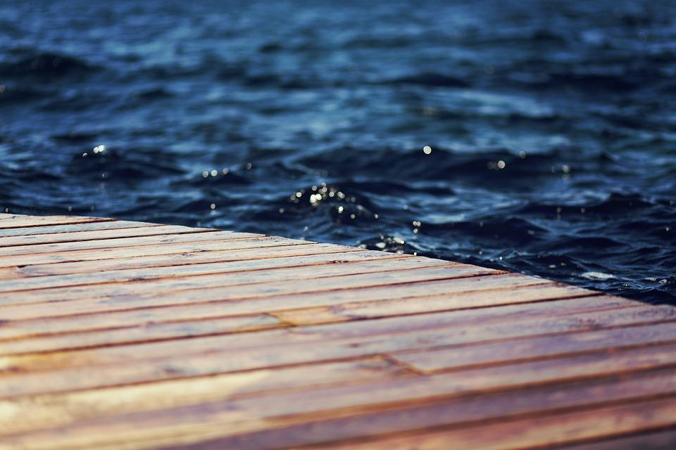 В Новороссийске сотрудницу Минтранса РФ ветром сбросило в море
