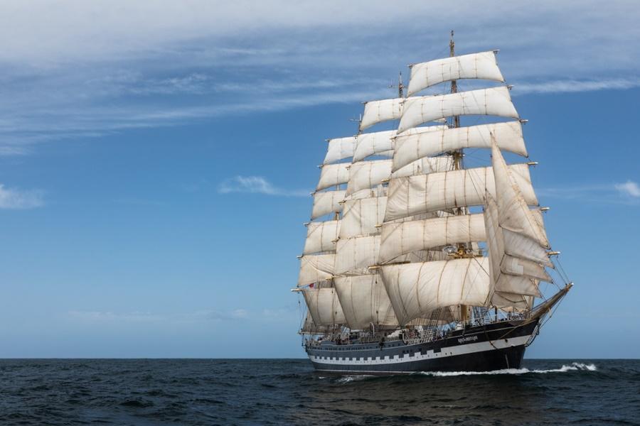 Парусник «Крузенштерн» прервал экспедицию и направился из Испании в Новороссийск