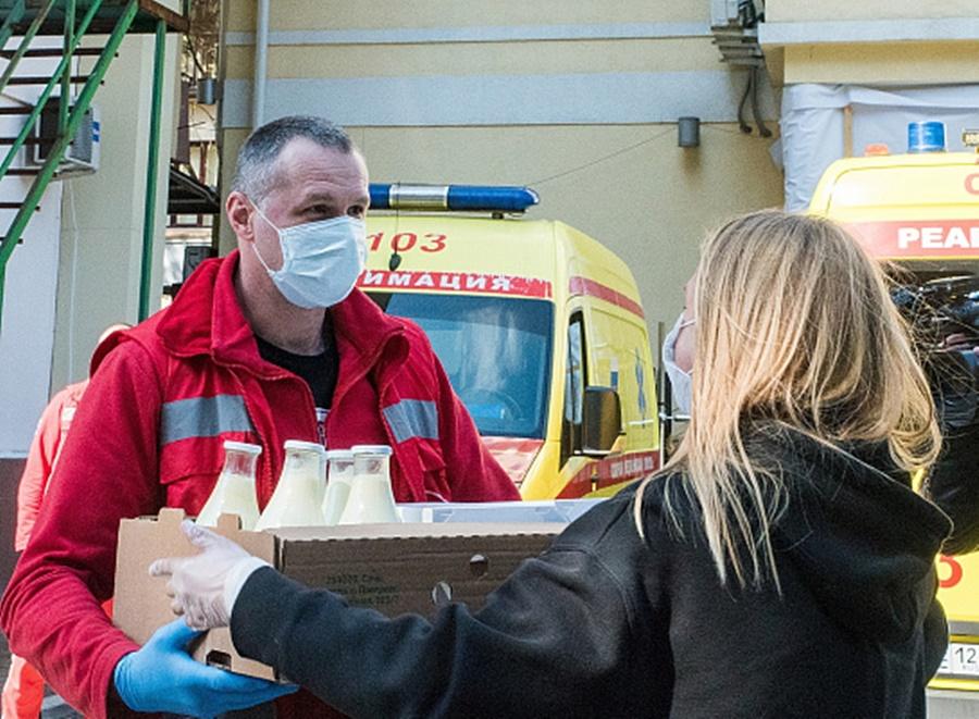 Фермеры из Сочи передали медикам молочные продукты, выпечку и овощи