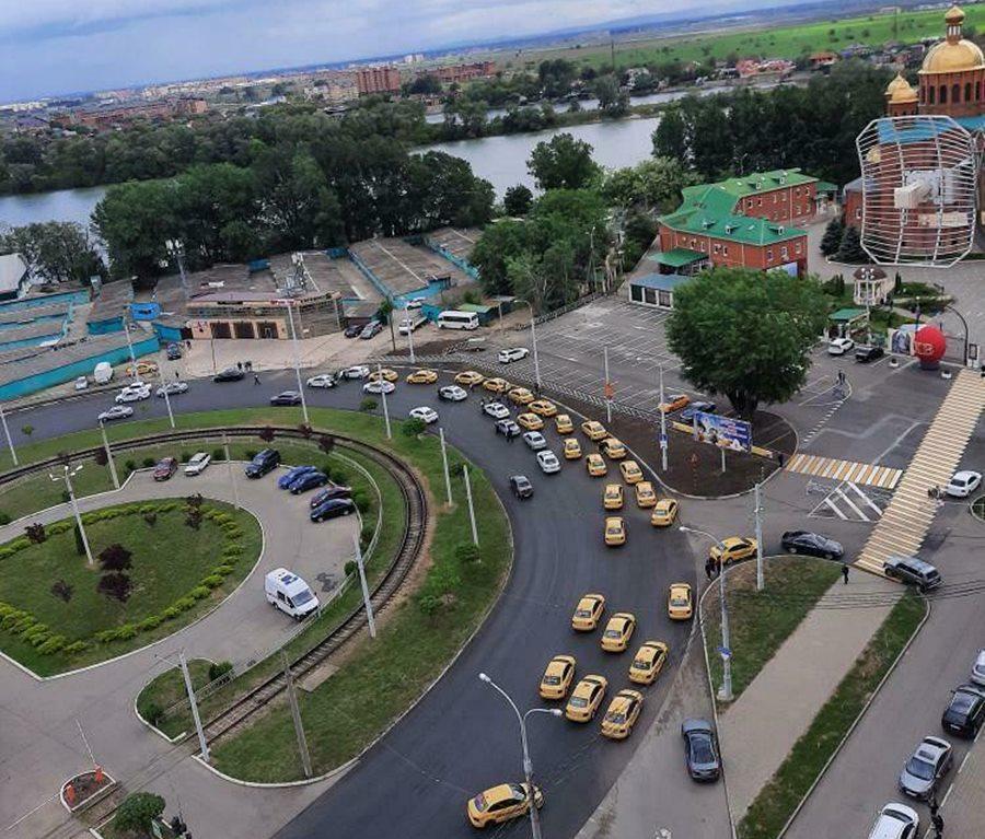 В Краснодаре колонна таксистов устроили автопробег в День Победы