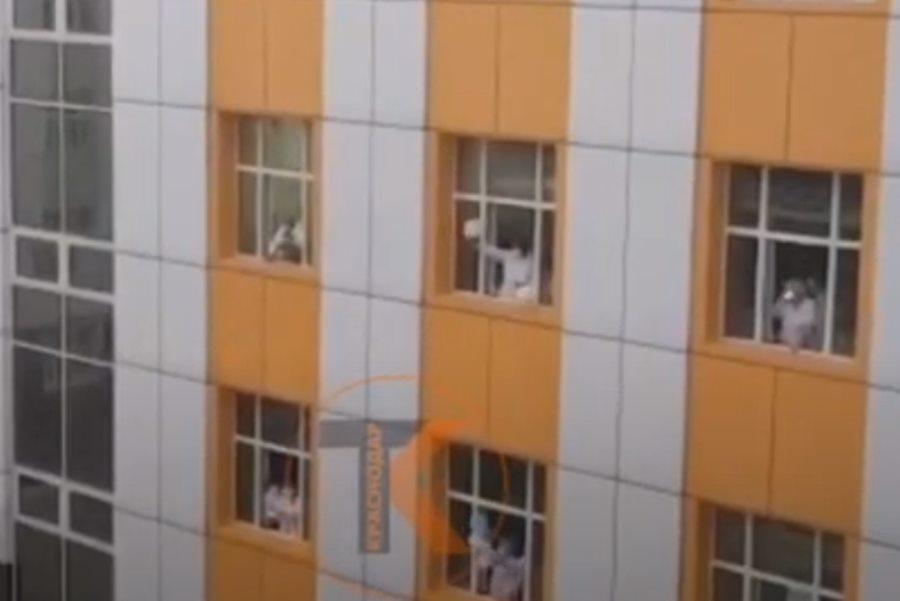 Врачи краснодарской больницы спели из окон «Катюшу»