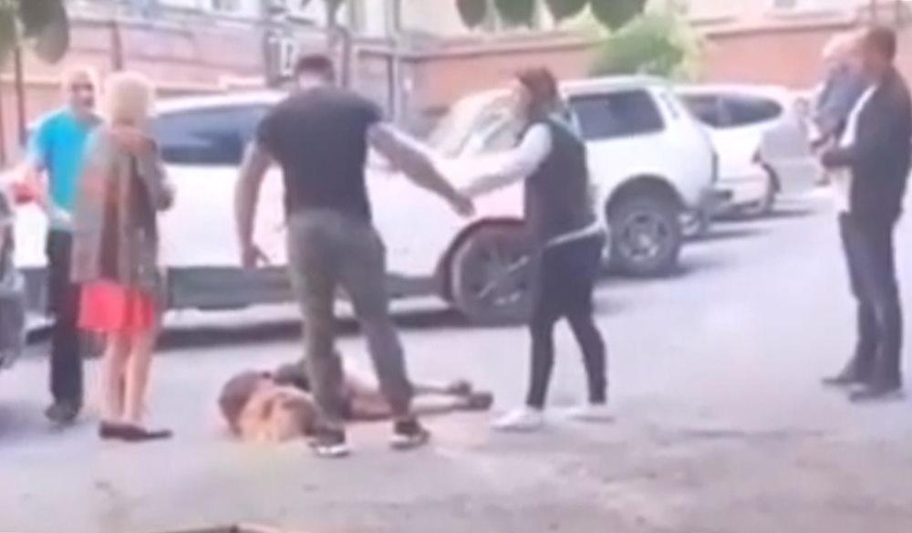 В Новороссийске мужчина жестоко избил свою девушку на глазах у прохожих