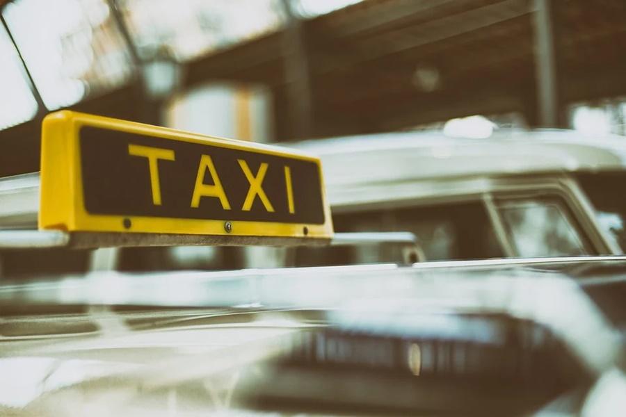 Власти объяснили, почему некоторые такси не пускают из Адыгеи в Краснодар