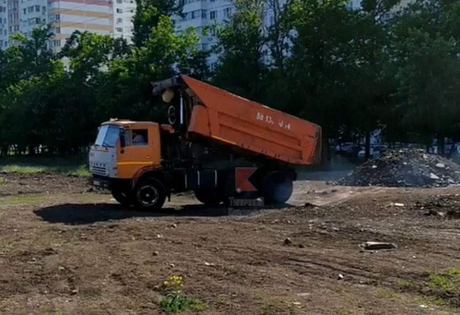 В Краснодаре черные мусорщики устроили очередную свалку возле жилых домов