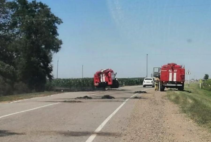 На Кубани трактор с горящим сеном в прицепе спровоцировал пожар на поле