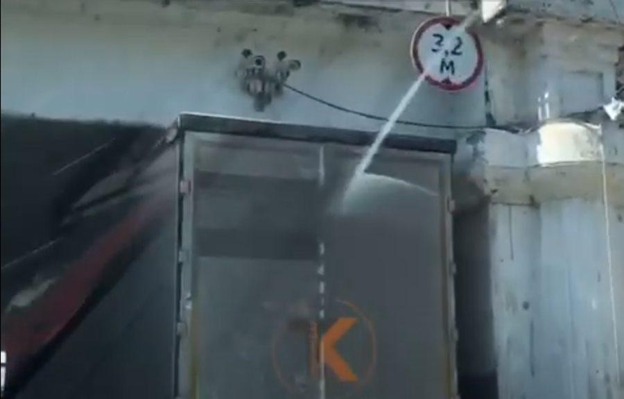 Фура застряла под железнодорожным мостом на Вишняковой в Краснодаре