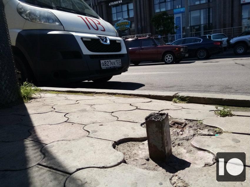 В центре Краснодара пенсионерка получила травму на остановке