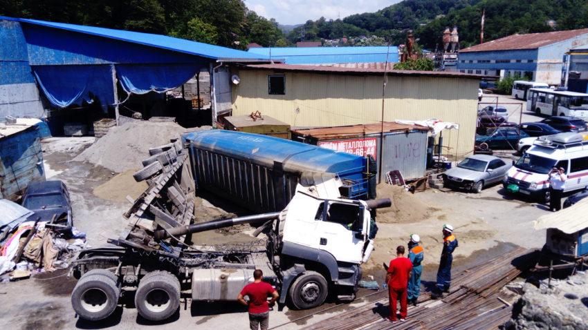 В Сочи водителя самосвала насмерть придавило кузовом