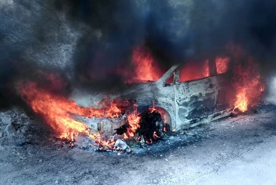 В Новороссийске огонь с горящей машины едва не перекинулся на лес