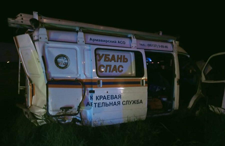 Фура протаранила машину кубанских спасателей, которые приехали на место ДТП