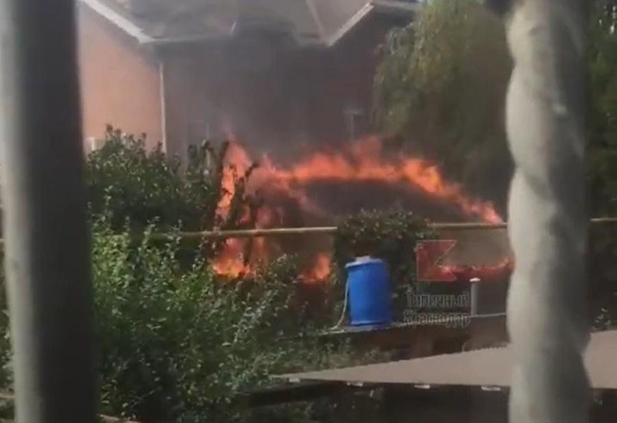 В Краснодаре на ул. Плотниченко загорелся частный дом