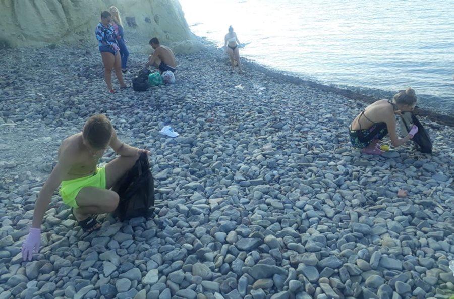 Волонтеры вместе с отдыхающими спасают от загрязнения Черноморское побережье