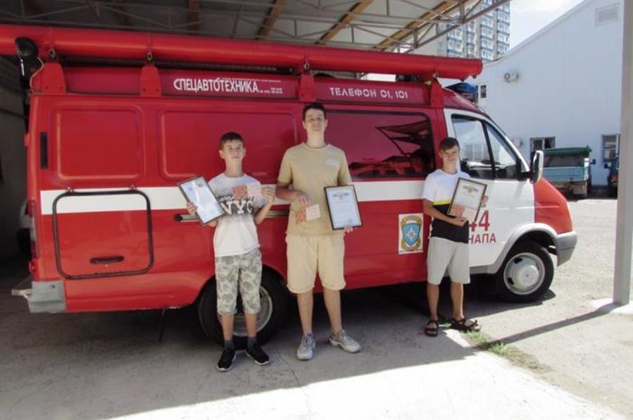 В Анапе трое подростков помогли сотрудникам МЧС потушить пожар