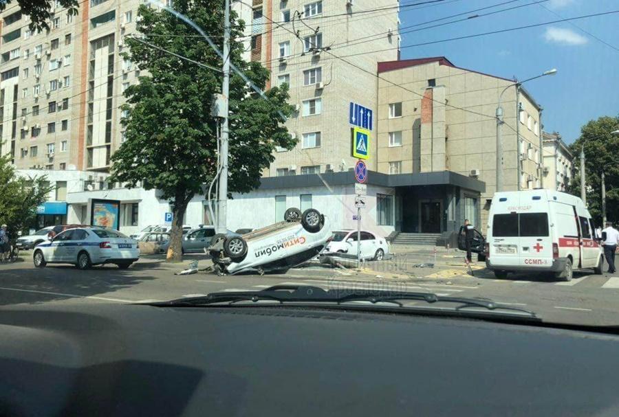 В центре Краснодара такси перевернулось после столкновения с иномаркой