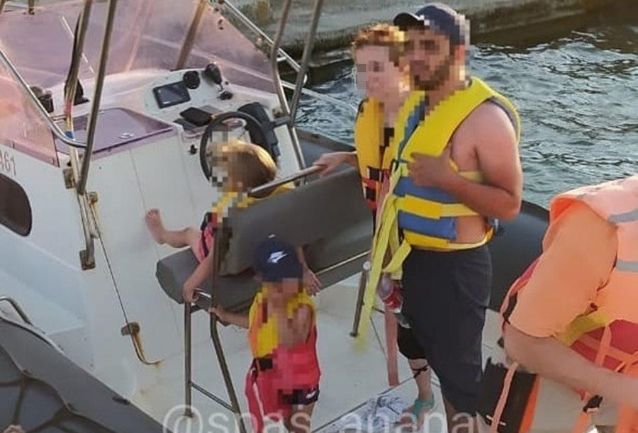 В Анапе супружескую пару с детьми унесло на катамаране в море