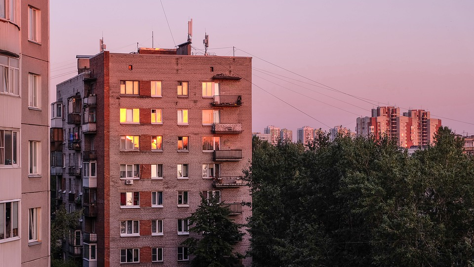 В Краснодаре девушка насмерть разбилась при падении с многоэтажки