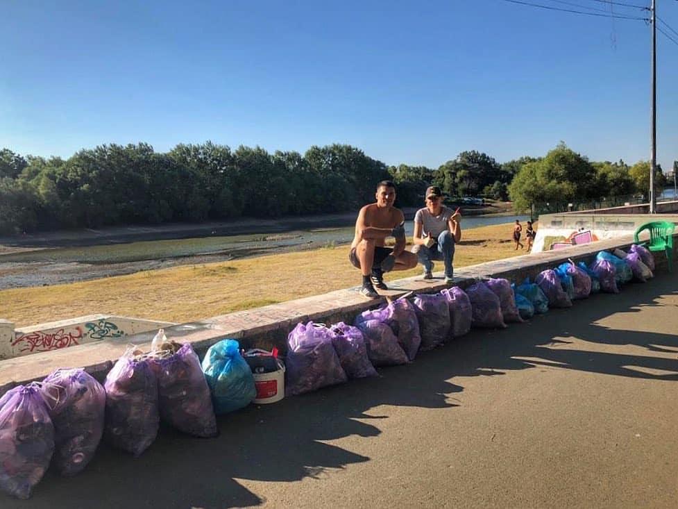 Два жителя Краснодара очистили Затон от мусора