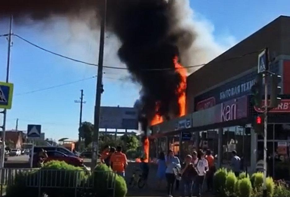 На Кубани вспыхнул пожар в магазине электротехники
